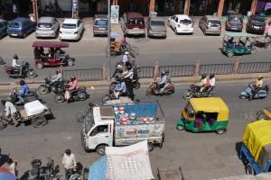 P1070382.JPG Jaipur, Verkehr im Tripolia Bazar mit sicherem Abstand von oben