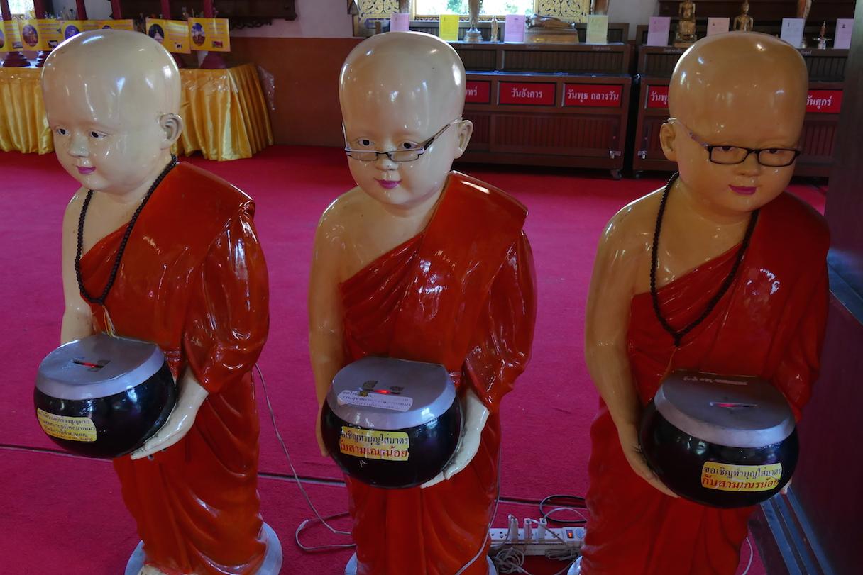 Chiang Mai, kleine Buddhas laden zum Spenden ein