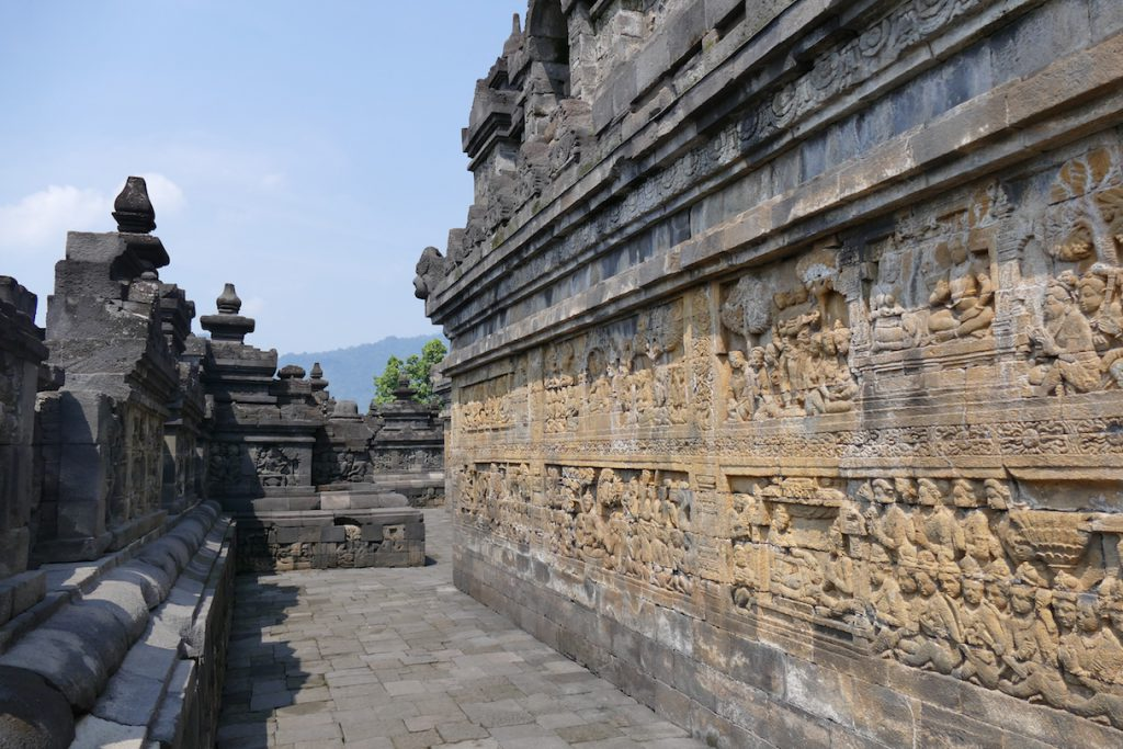 Reliefs beschreiben das Leben Buddhas