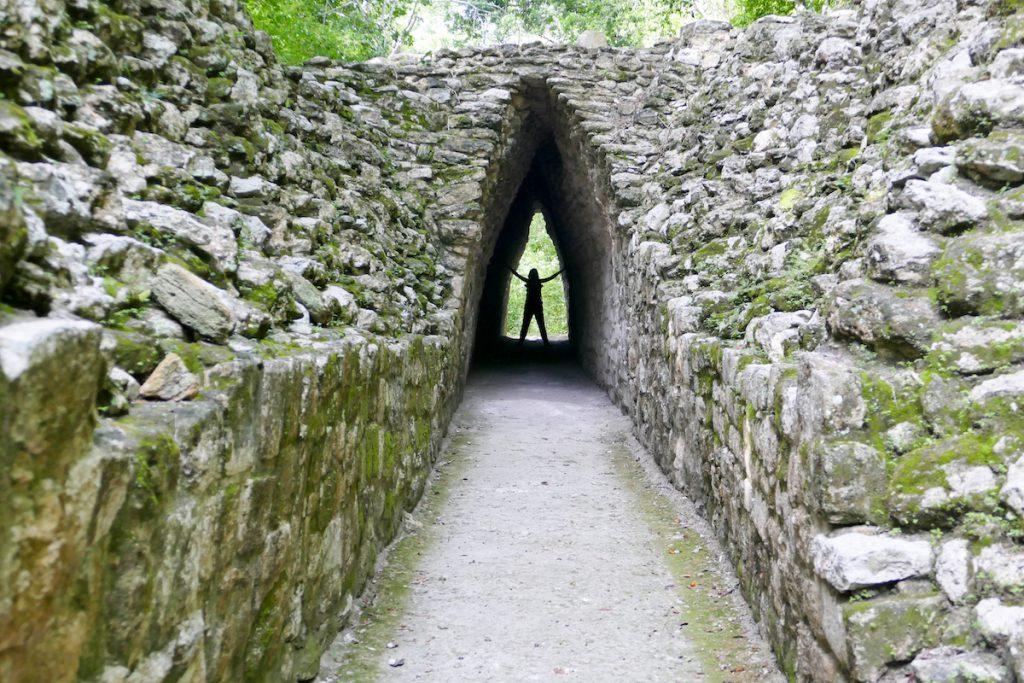 Becan, ein erhaltener Tunnel zu den Hauptpyramiden