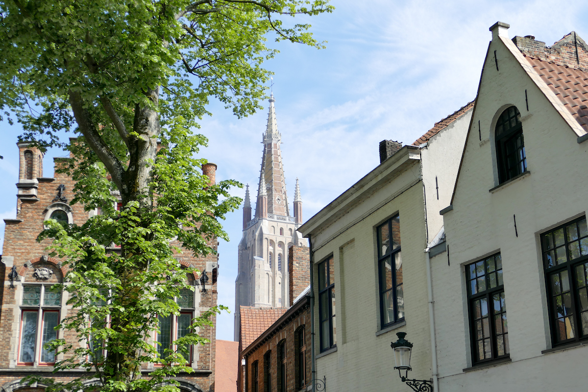 Bruegge, wir naehern uns der Liebfrauenkirche