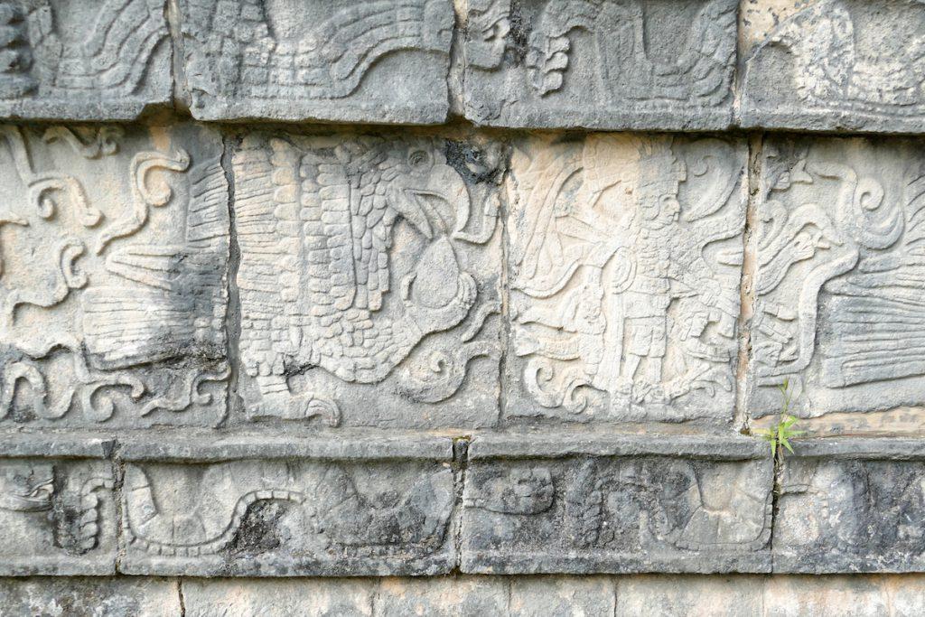 Chichen-Itza, eindrucksvolle Reliefs, Adler fressen menschliche Herzen