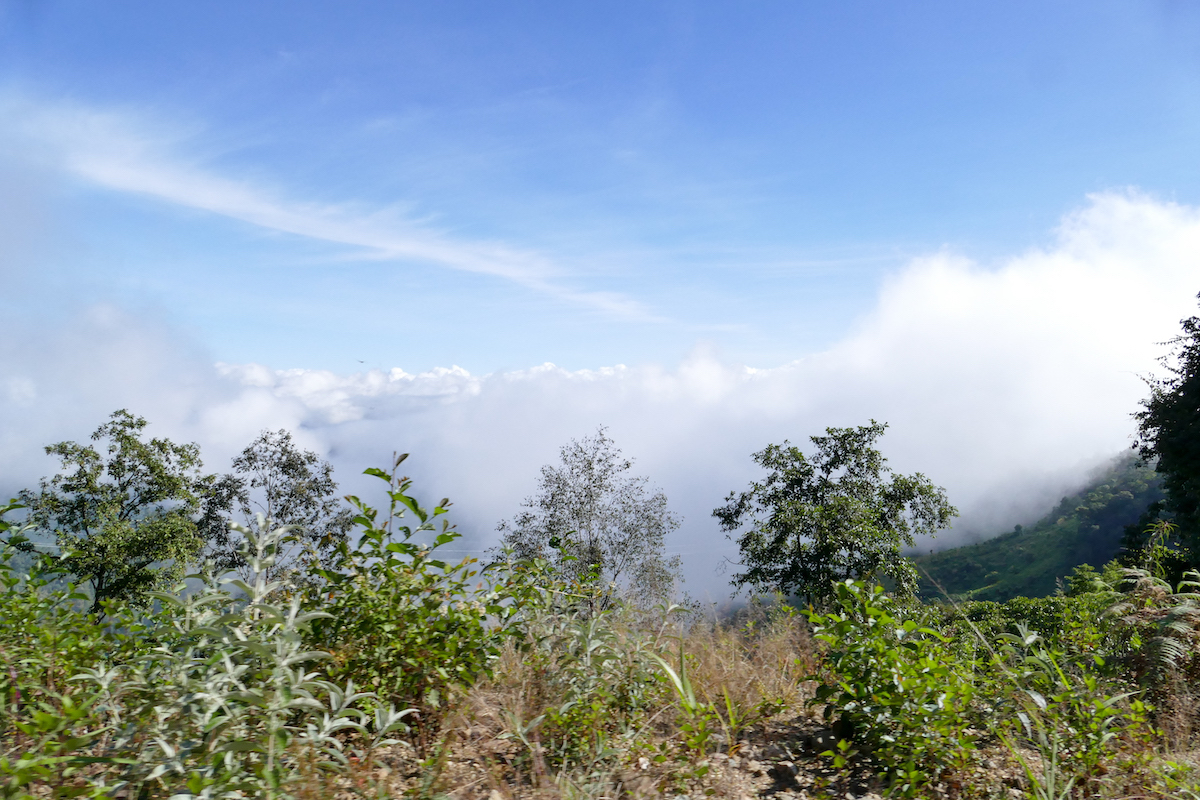 Chin State, Tourbeginn, ueber den Wolken