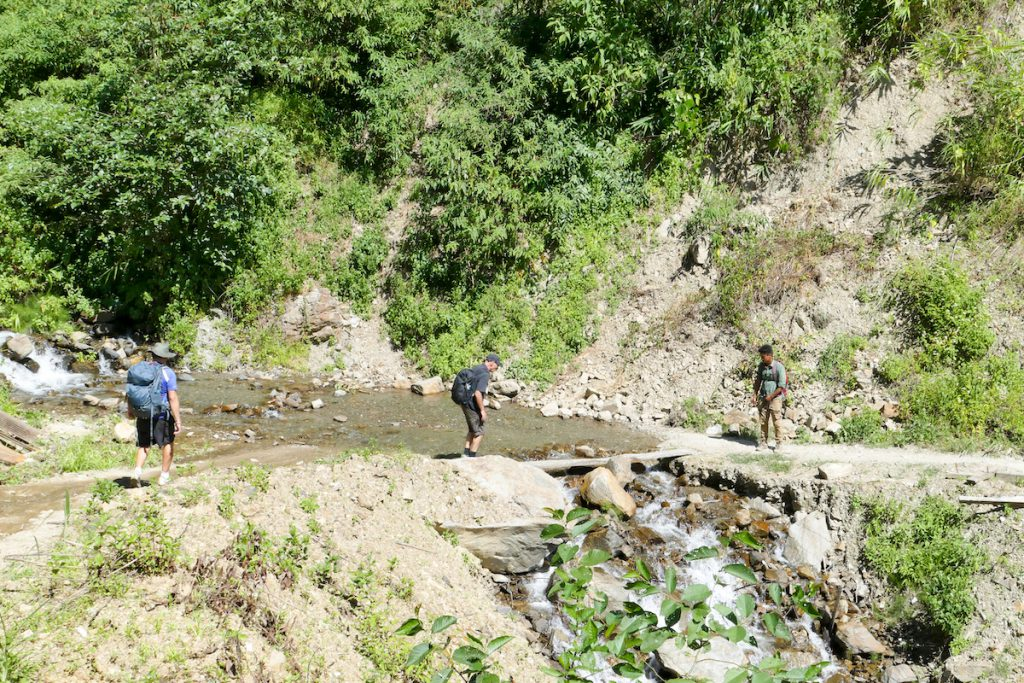 Chin State, Wanderung Tag 2, Flussueberquerung
