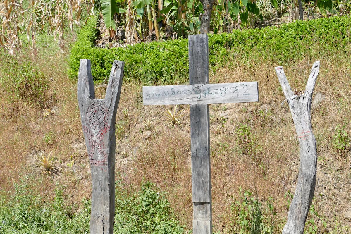Chin State, Wanderung Tag 1, animistische Symbole am Wegesrand