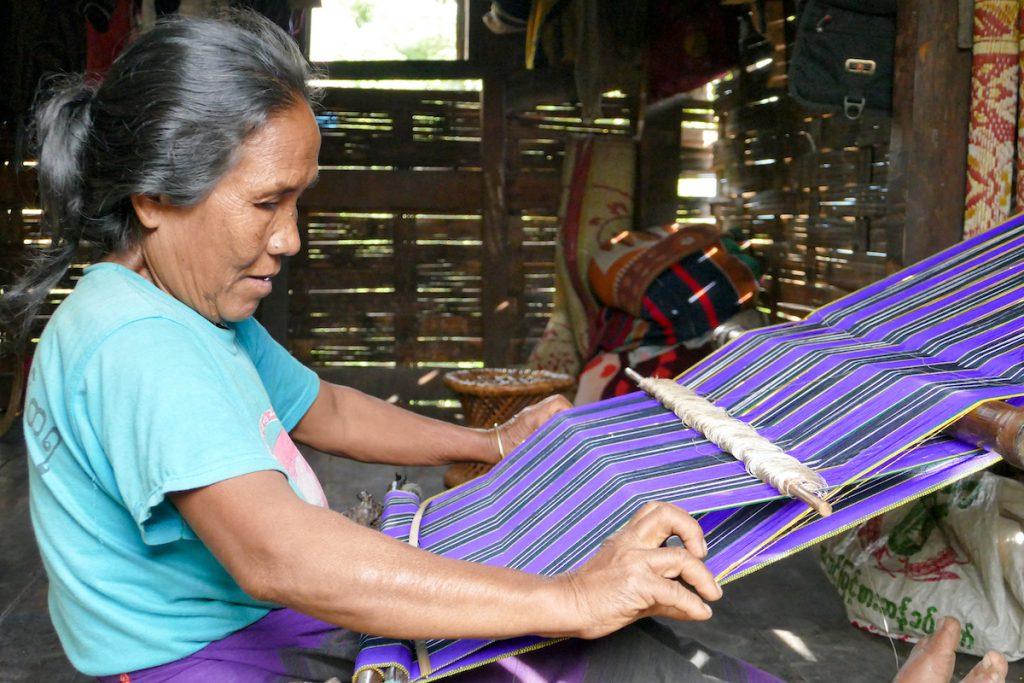 Chin State, Wanderung Tag 2, die Frauen hier weben wunderschoene Stoffe