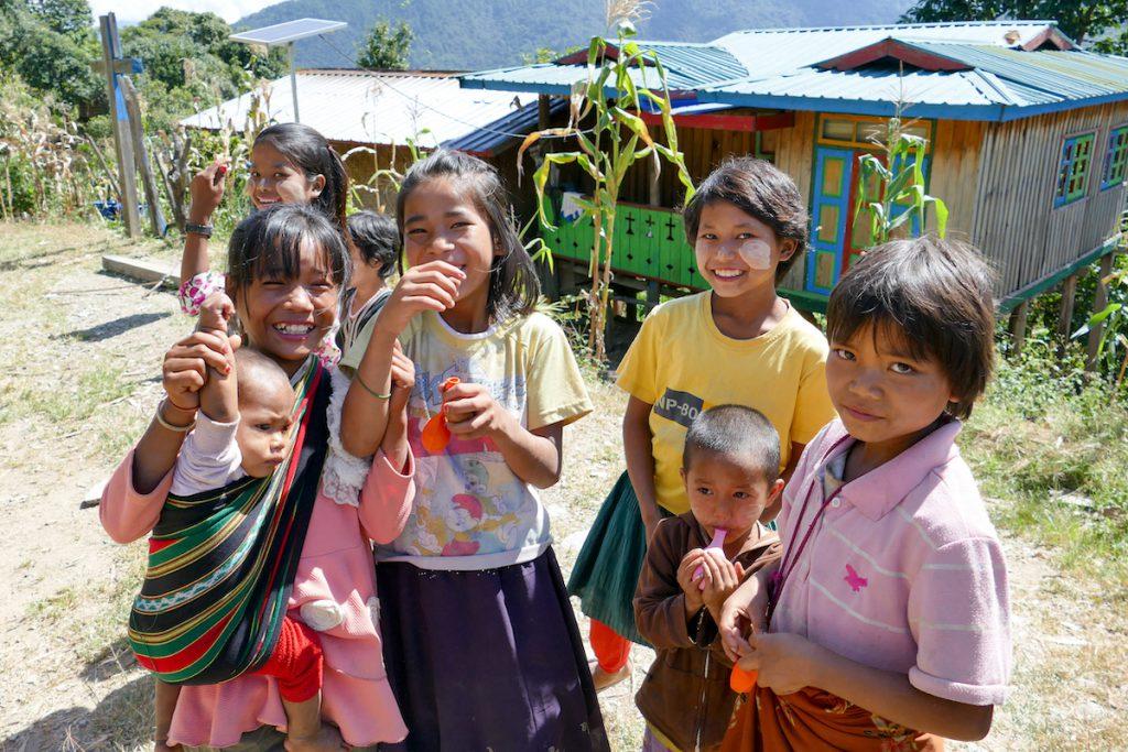 Chin State, Wanderung Tag 1, ueberall lachende Gesichter