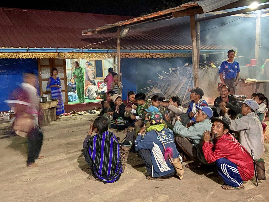 Chin State, Wanderung Tag 2, abends ritueller Messertanz