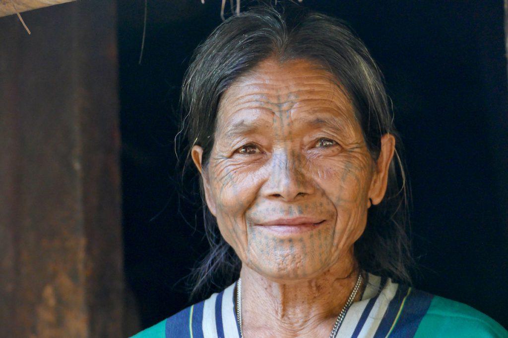 Chin State, Wanderung Tag 2, taetowierte Frau