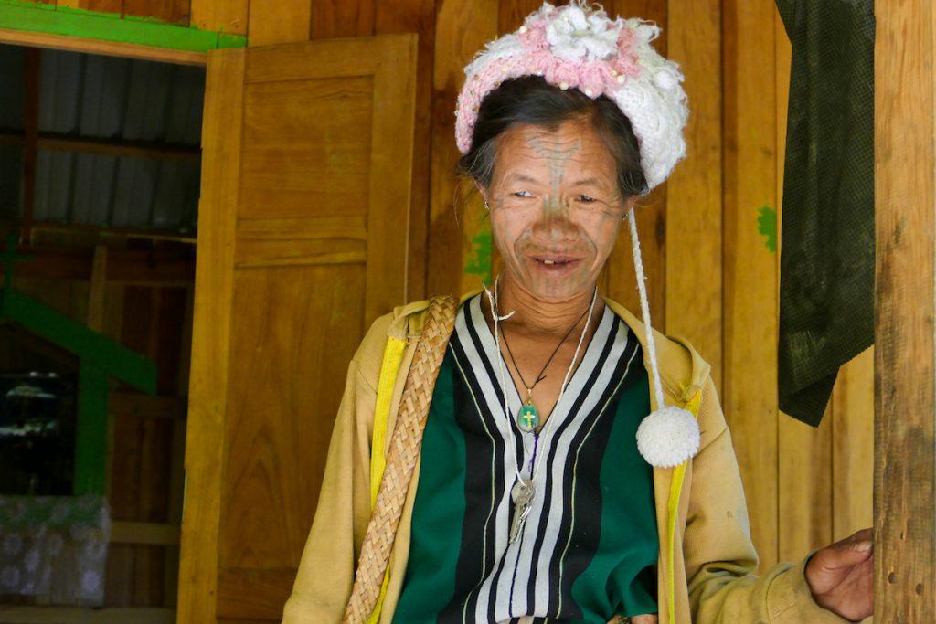 Chin State, taetowierte Chin-Frau
