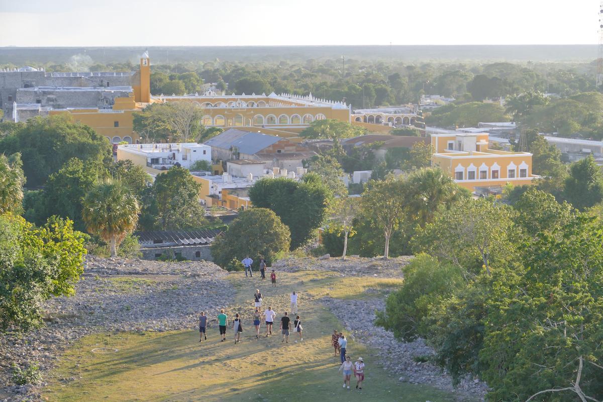 Izamal, Blick auf die gelbe Stadt von der Kinich Kakmo Pyramide
