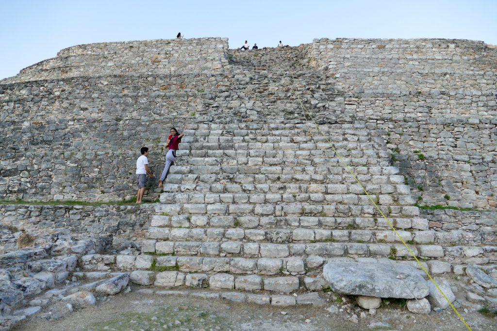 Izamal, Kinich Kakmo Pyramide, hier muss man etwas klettern
