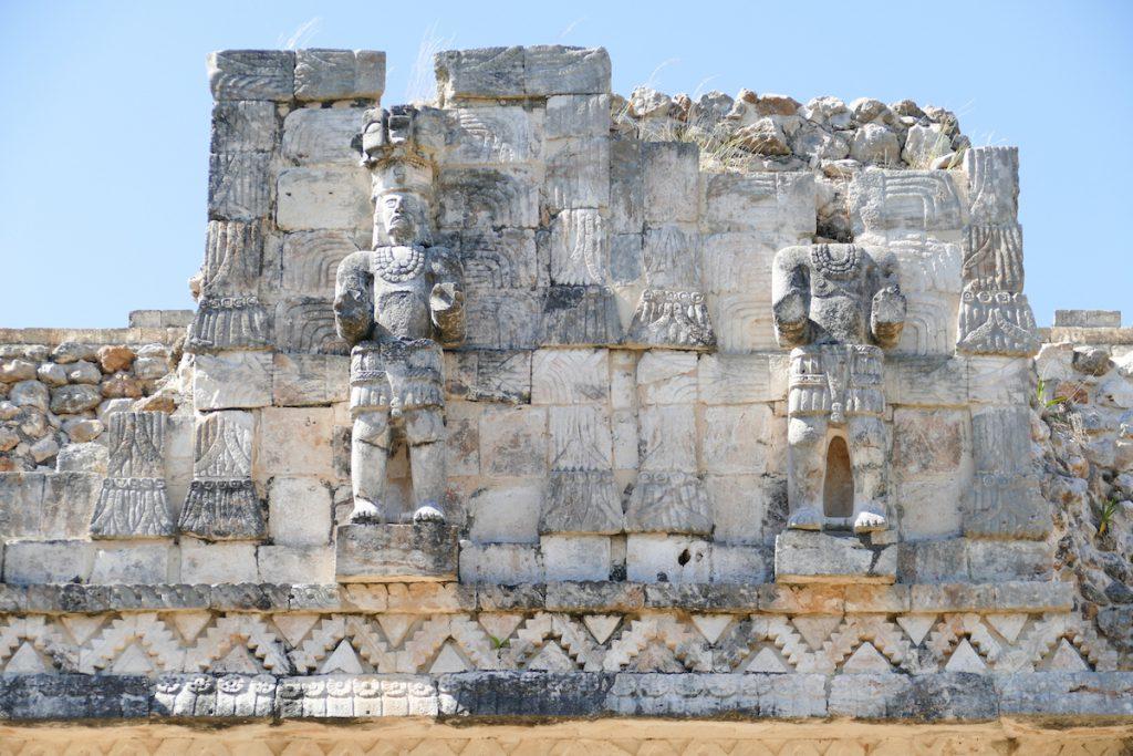 Kabah, kunstvoll restaurierte Statuen