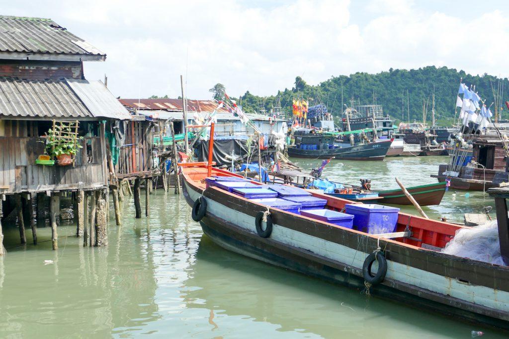 Kawthaung, Stelzenhaeuser und Fischerboote