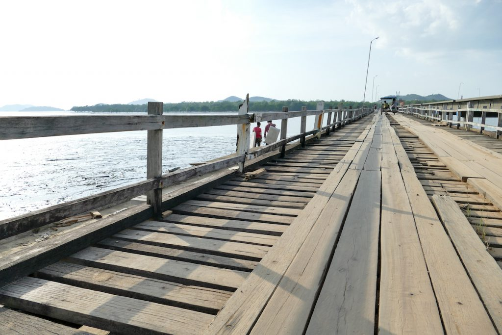 Kawthaung, die alte Holzbruecke nach Pulautonetone