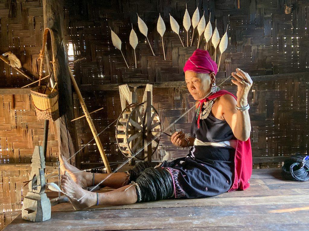 Kayah Tribe, Herstellung der Beinringe