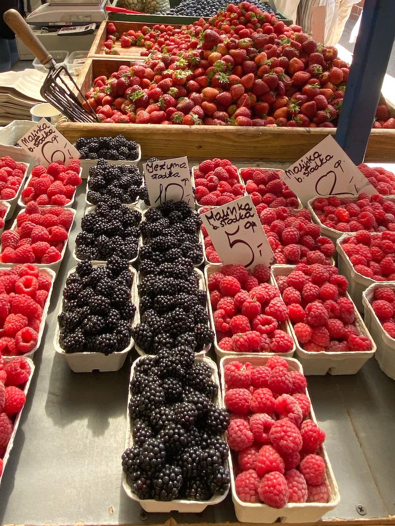 Krakau, Kleparz-Markt, verfuehrerische Beerenfruechte