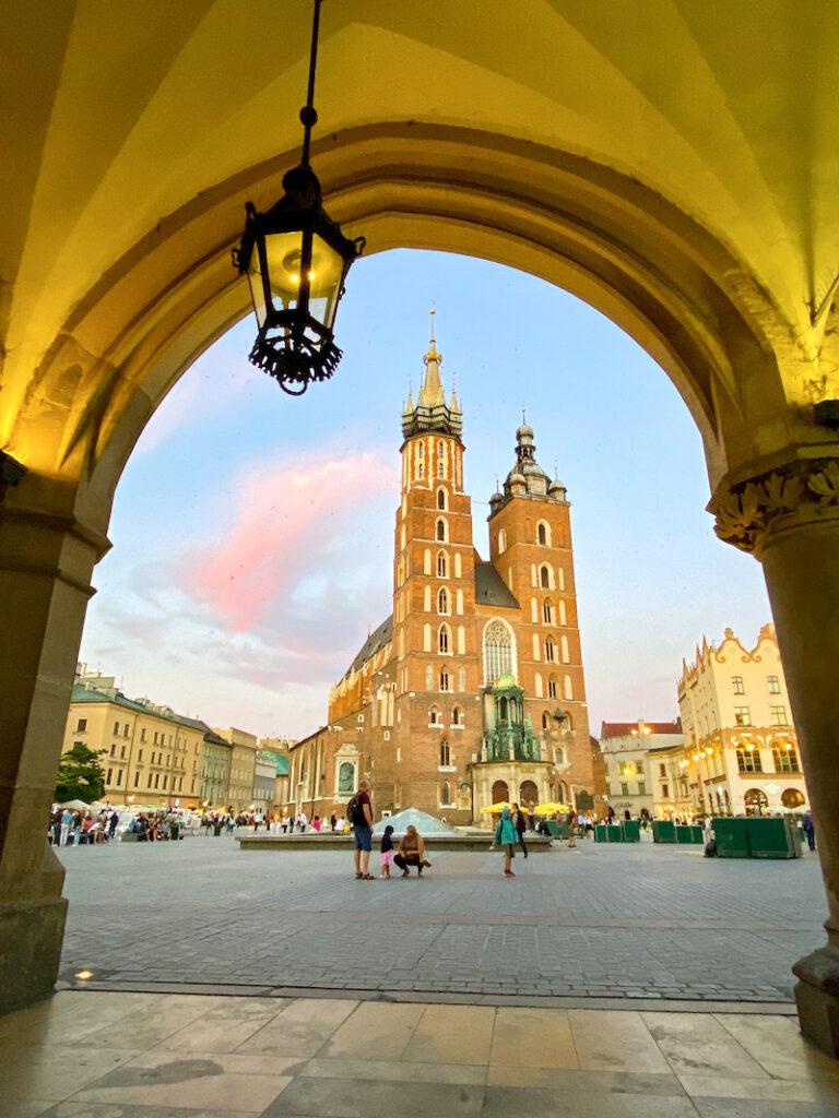 Krakau, Rynek, Marienkirche von den Tuchhallen gesehen