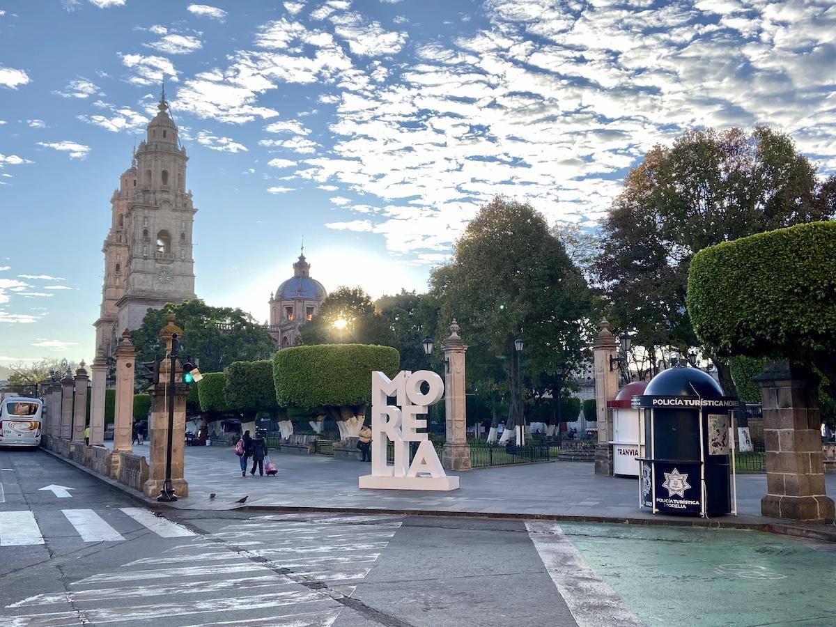 Morelia, Kathedrale und Zocalo am fruehen Morgen