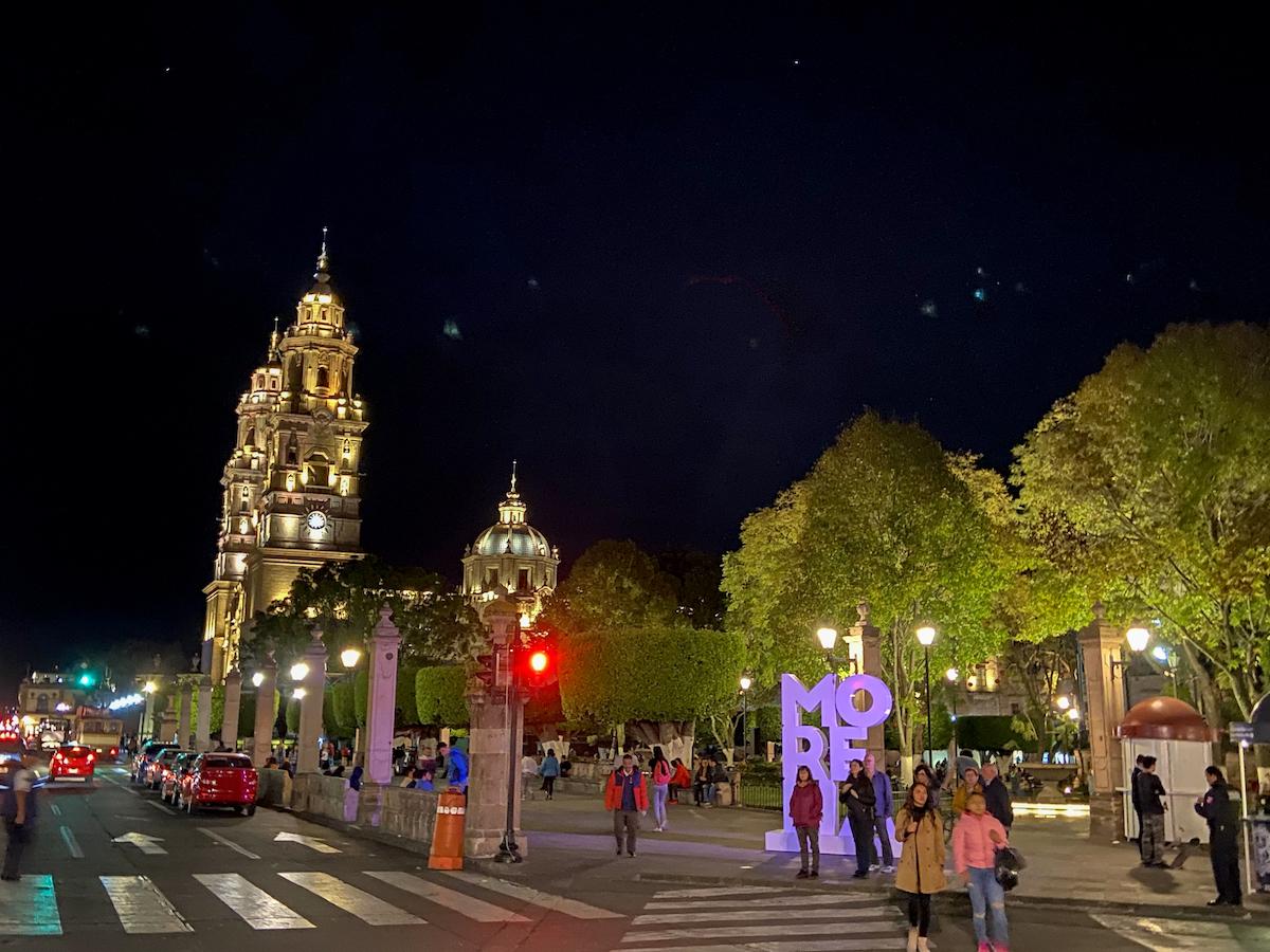 Morelia, die Kathedrale bei Nacht