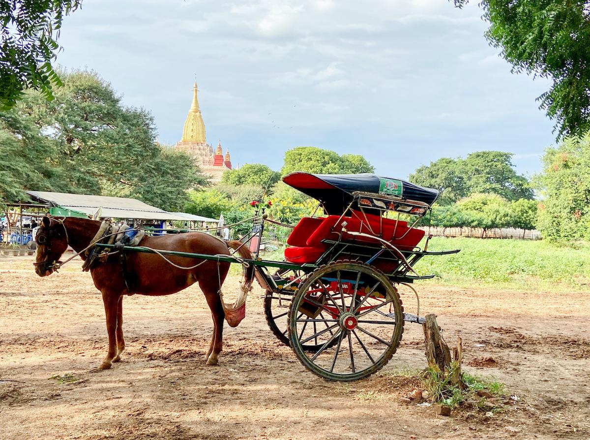 Myanmar, Bagan, leider werden die Pferdekutschen von den Tuktuks verdraengt
