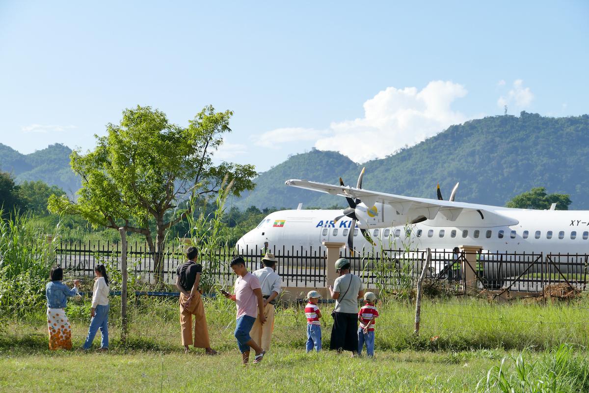Myanmar, Lashio, unser Flugzeug wird bestaunt