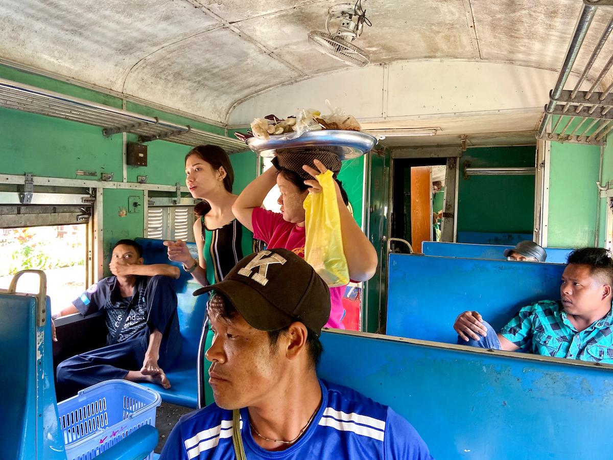 Myanmar, Pyin U Lwin, in der Holzklasse
