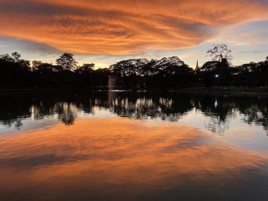 Myanmar, Yangon, Sonnenuntergang am Kandawgyi Lake