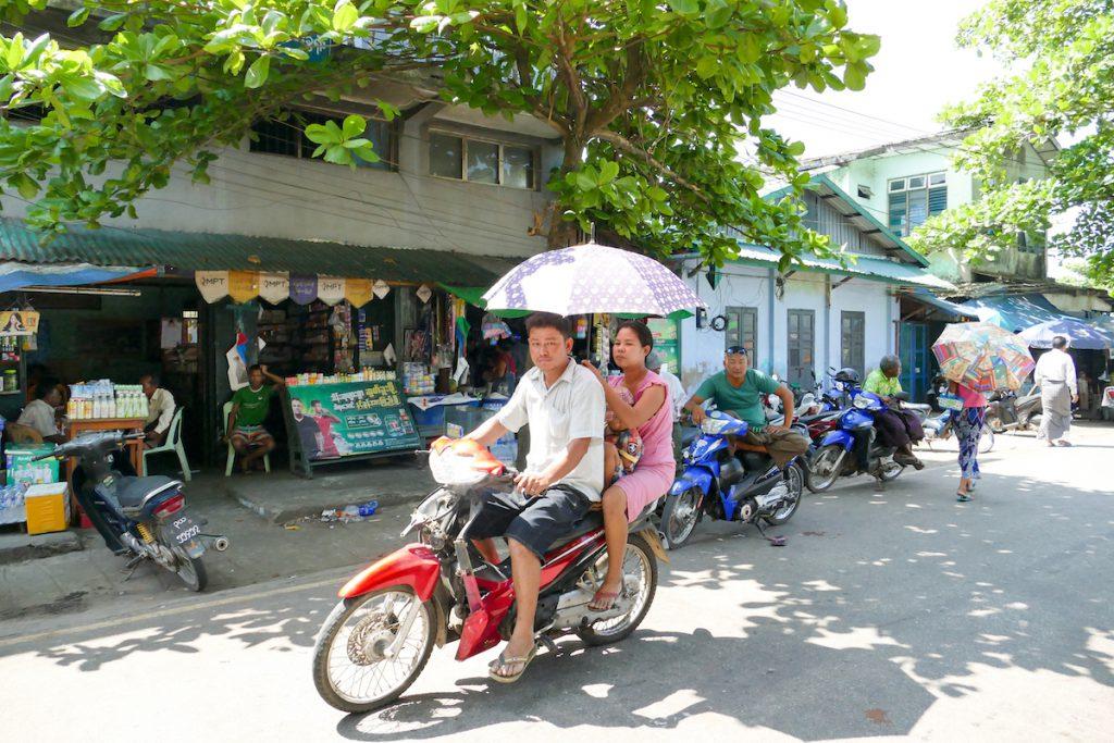 Myeik, mit dem Schirm auf dem Bike