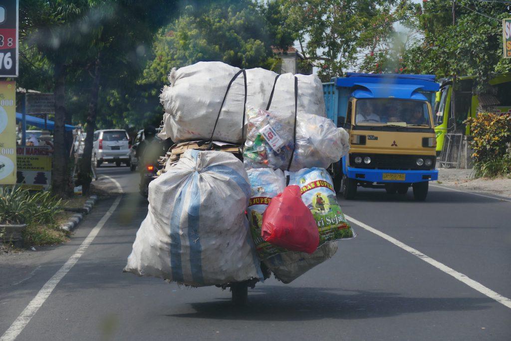 megabeladene Motorraeder verstopfen Balis Strassen