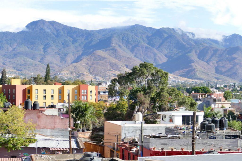 Oaxaca, Blick von der Dachterrasse unseres Hotels auf die Sierra del Norte