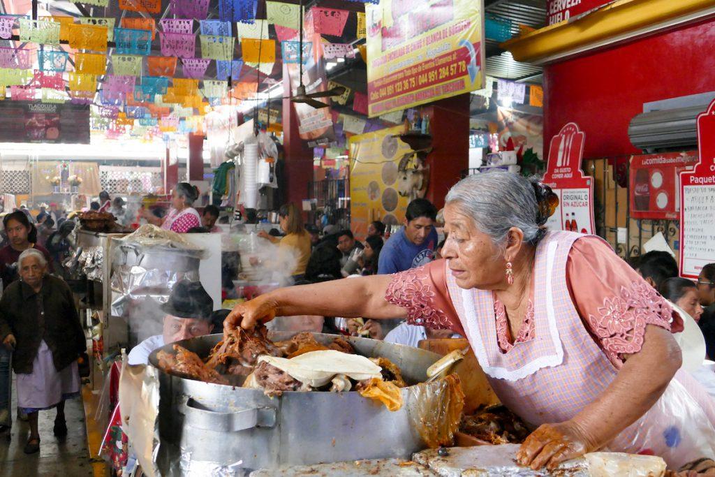 Oaxaca, Tlacolula, hier brutzeln Koestlichkeiten