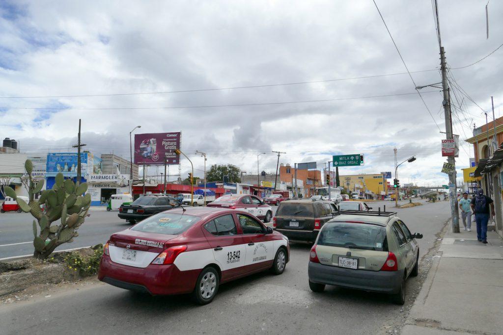 Oaxaca, Tlacolula, unterwegs im rotweissen Colectivo