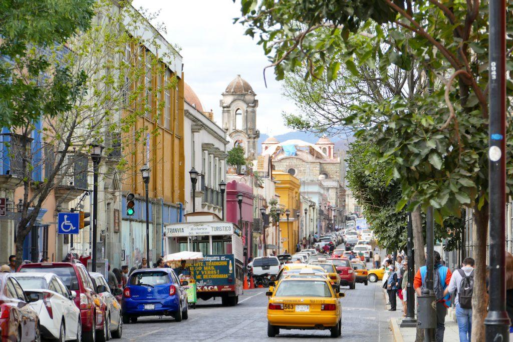 Oaxaca, unterwegs in der Stadt ist der Verkehr zum Teil sehr dicht