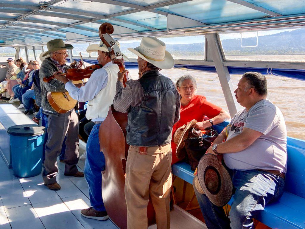 Patzcuaro-Lake, immer mit an Bord, eine Mariachi-Band