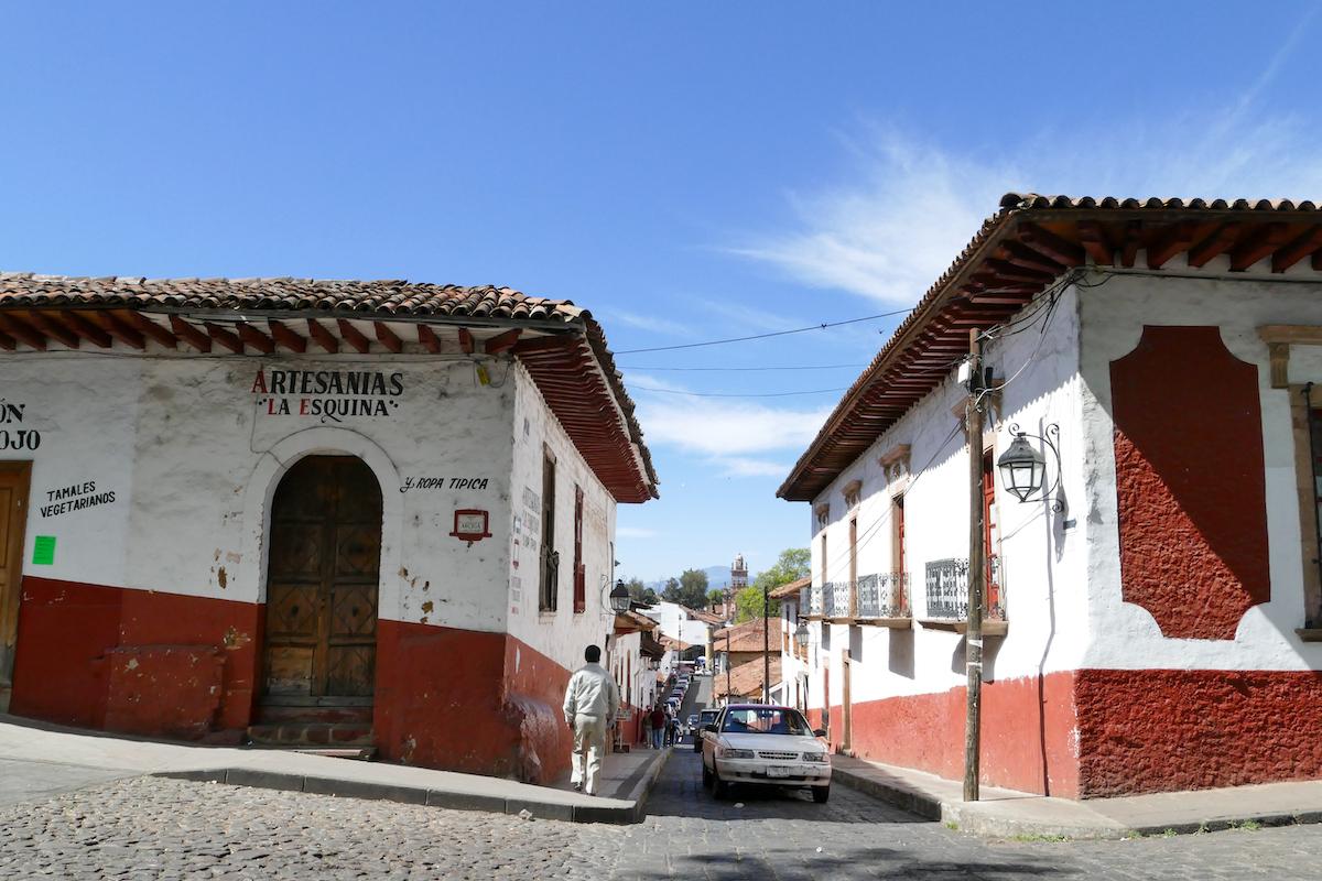 Patzcuaro, rotweisse Haeuser in der Altstadt