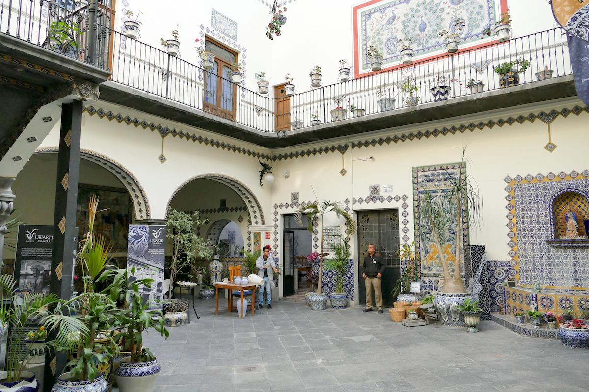 Puebla, hier kann man die typische Keramik im Innenhof kaufen