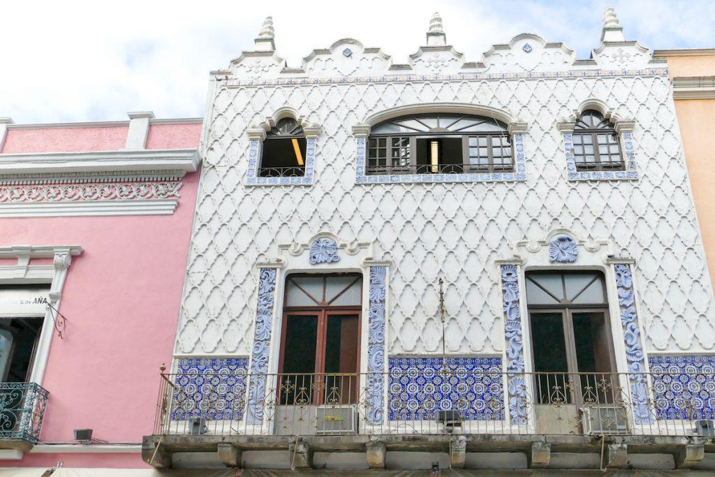 Pueblo, bekannt fuer seine mit Fliesen dekorierten Fassaden