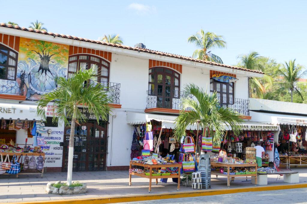 Puerto Escondido City, Nahe des Strandes geht es touristischer zu