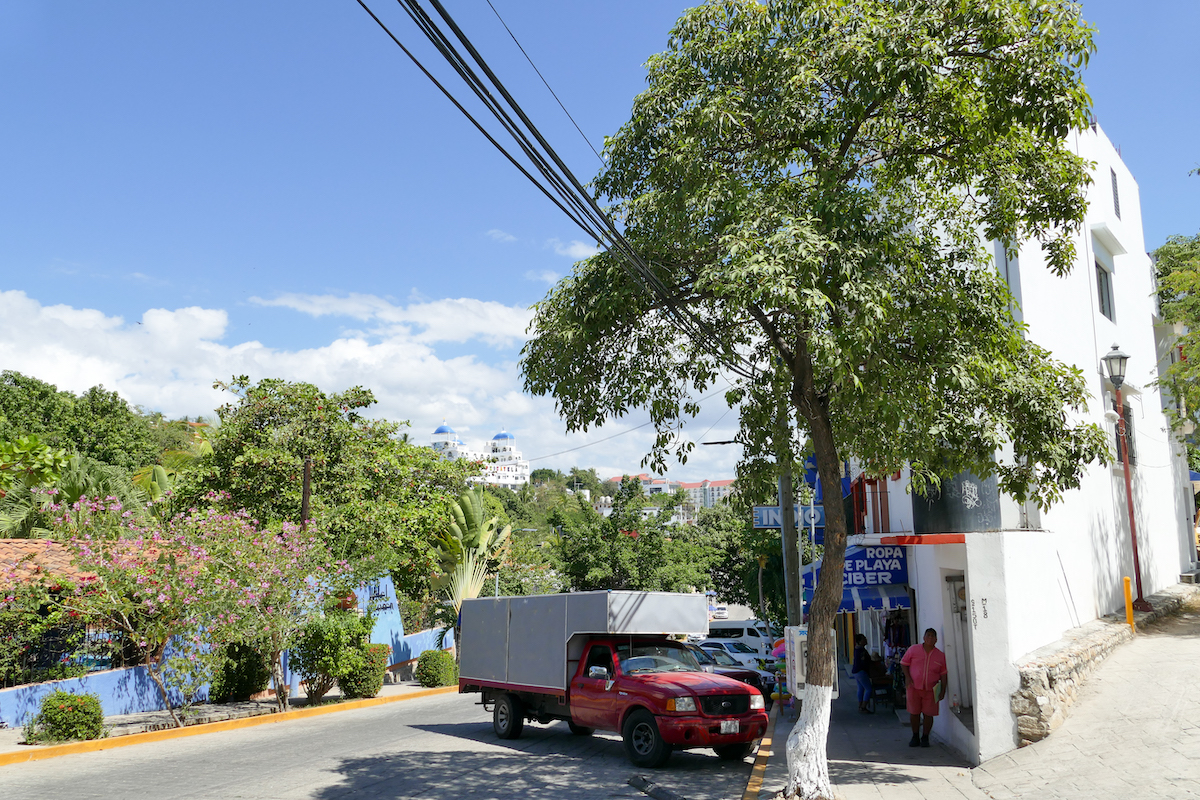 Puerto Escondido City, auf dem langen Weg zum Strand