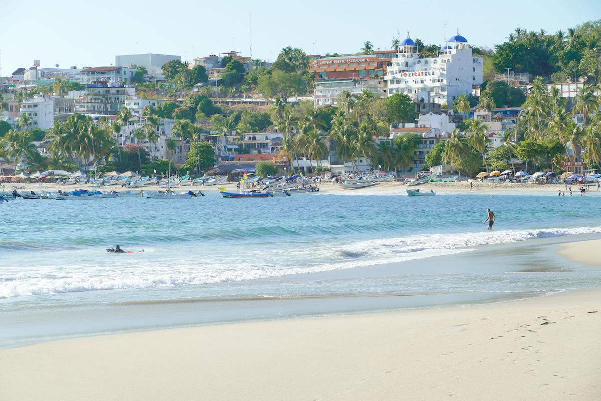Puerto Escondido, Playa Principal, Fischerboote am Strand