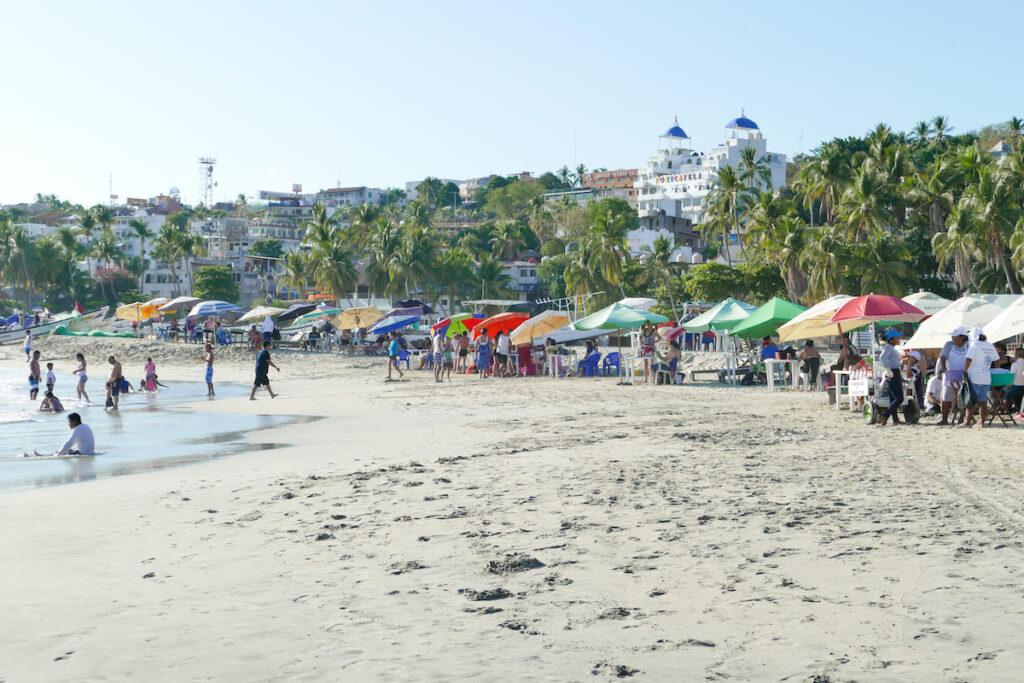 Puerto Escondido, Playa Principal, hier geht es lebhaft zu