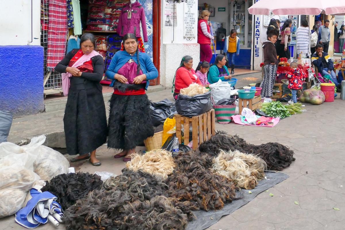 San Cristobal, Markt, auf 2000 m Hoehe halten die Fellroecke schoen warm