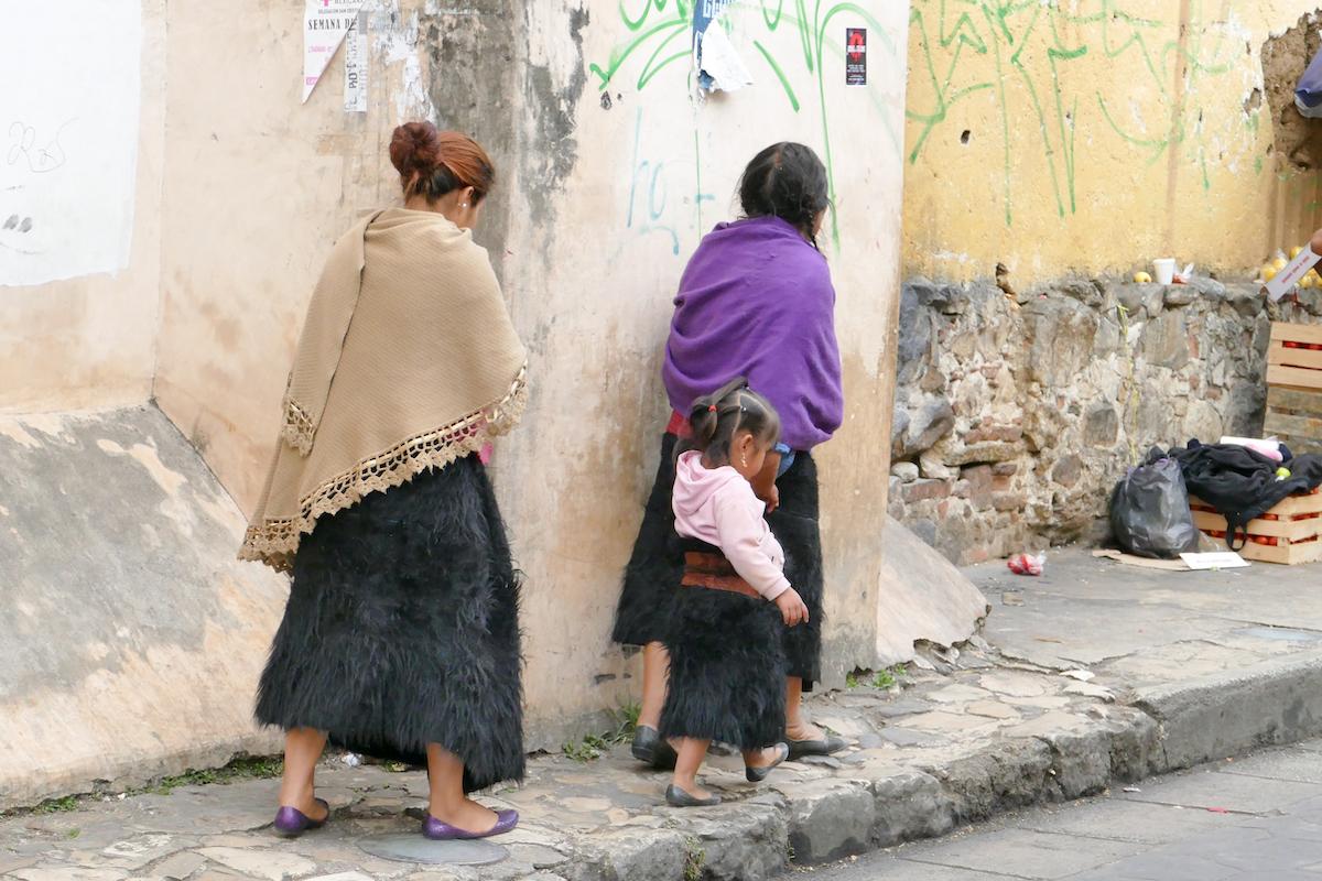 San Cristobal, Tzotzil-Frauen in ihren schwarzen Lammfellroecken
