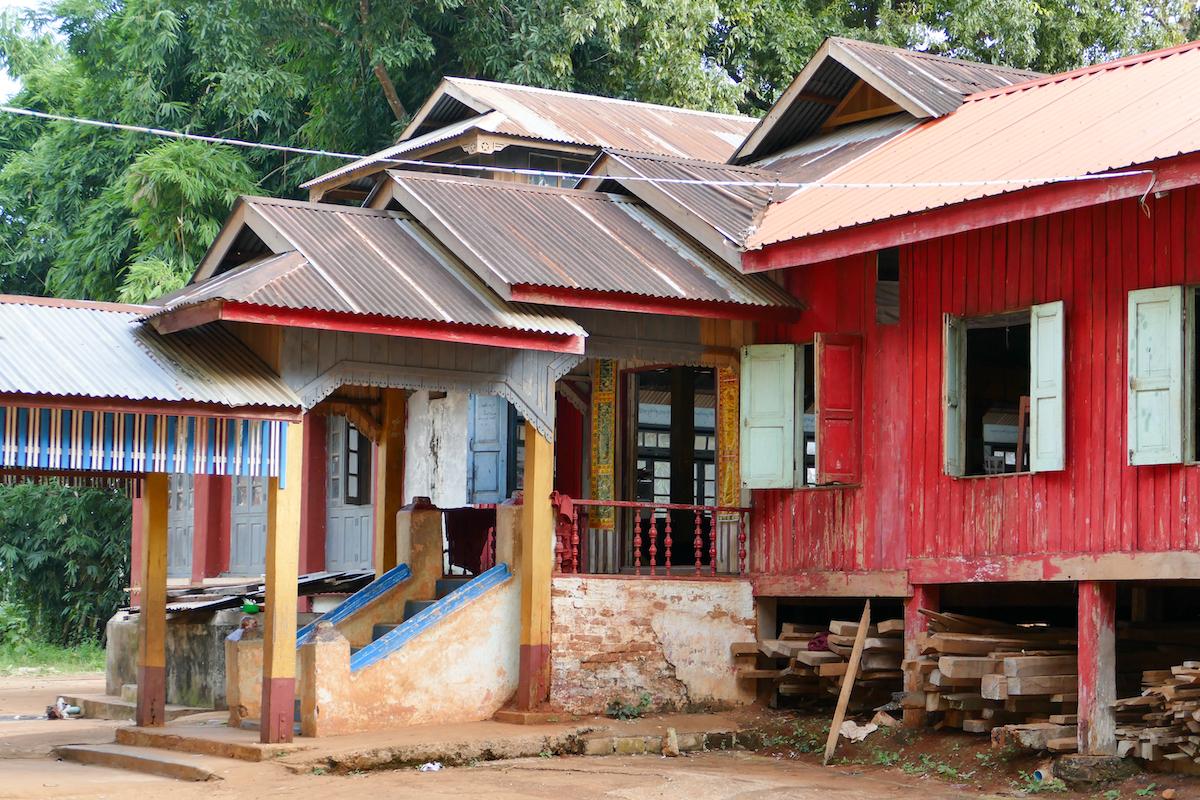 Shan State, Hsipaw, ein altes Teakkloster im Wald