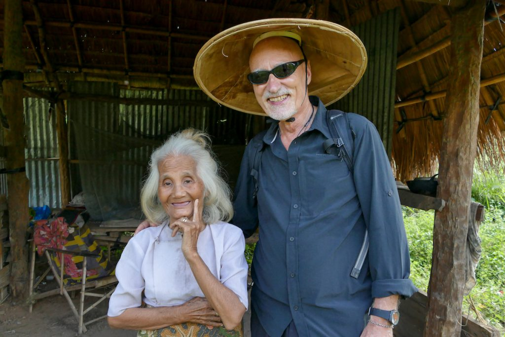 Shan State, Hsipaw, eine alte Baeurin lebt ganz allein am Flussufer