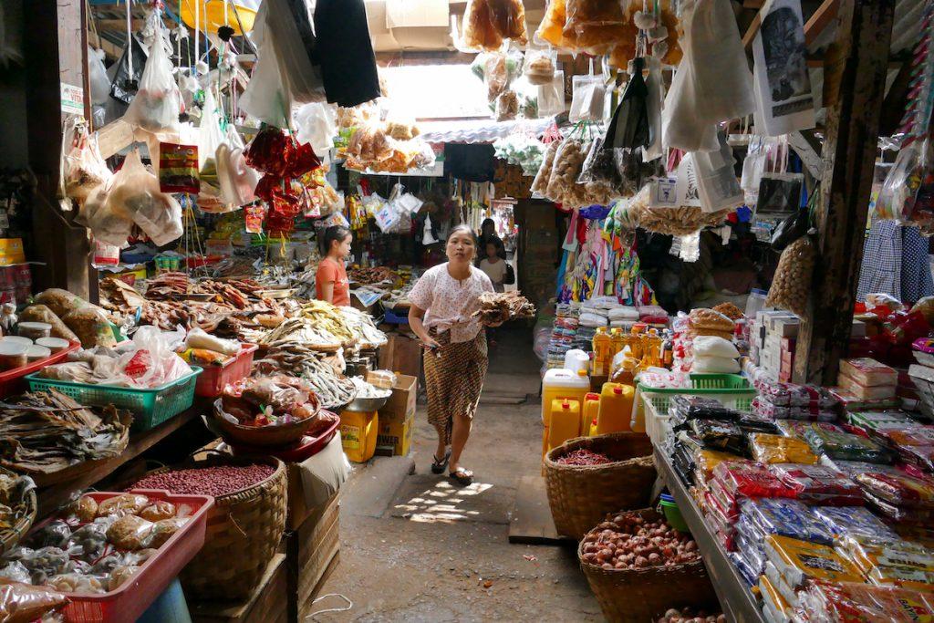 Shan State, Hsipaw, im ueberdachten Markt