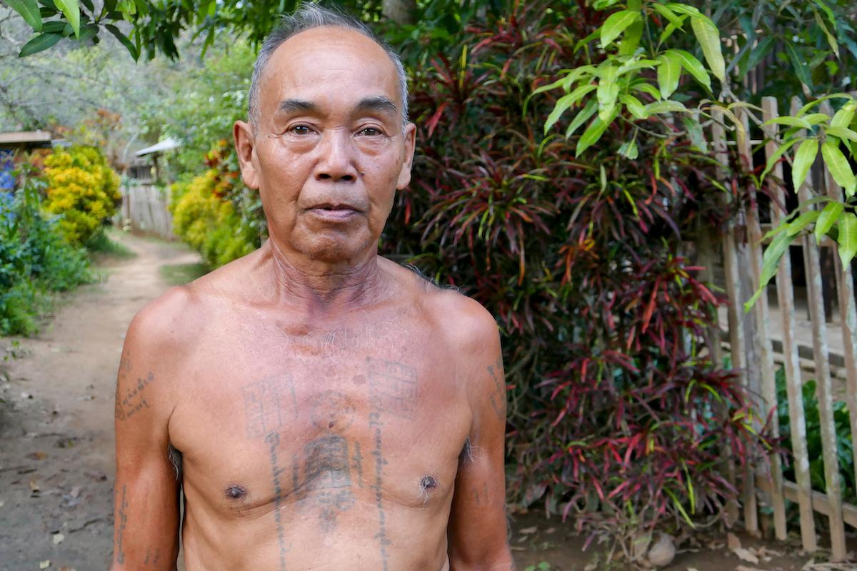 Shan State, Hsipaw, stolz zeigt er seine Tattoos