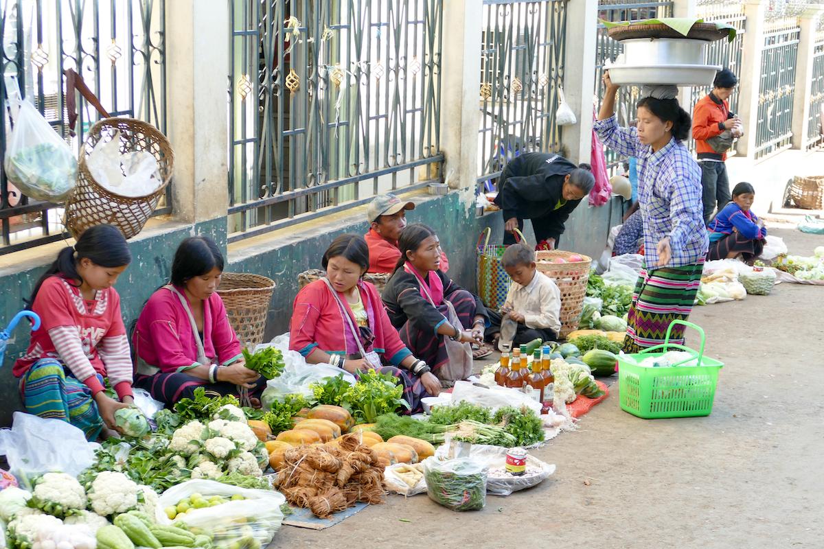 Shan State, Lashio, Frauen aus entlegenen Doerfern verkaufen hier ihr Gemuese