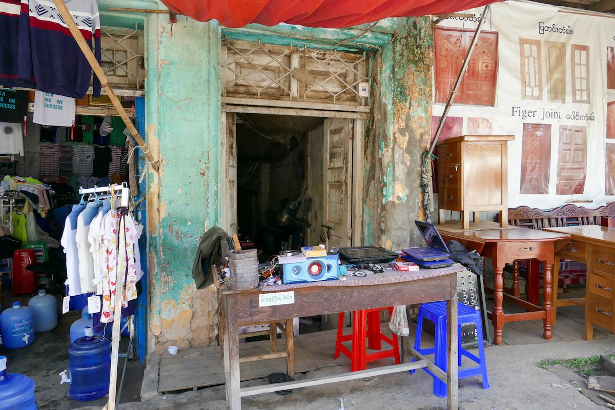 Shan State, Lashio, hier spielt sich einiges auf dem Fussweg ab